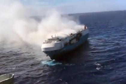 Четыре тысячи машин загорелись на корабле в Тихом океане и попали на видео