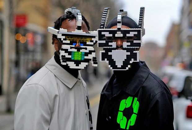 Люди в масках из деталей Lego от марки Bwoy Wonder всегда вызывают повышенный интерес стрит-фотографов. Впрочем, на Лондонской неделе моды они и не такое видали.