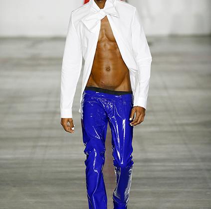 Нигерийский дизайнер Мовалола Огунлеси (Mowalola Ogunlesi) дебютировал на прошлой неделе моды в Лондоне и сразу заинтересовал лондонских модных обозревателей своей эксцентричностью, балансирующей на грани хорошего вкуса.