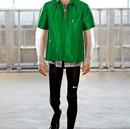 Один из самых невинных образов показа Чжоу: ничего инопланетного, просто мужчина в ластах.