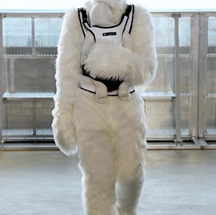 Китайский дизайнер Ксандер Чжоу любит театральные, а точнее даже кинематографические эффекты: так, в 2015 году он обул моделей в «казаки», как в фильме-вестерне, а в нынешнем году вдохновлялся фильмами об инопланетянах или «снежном человеке».