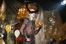 Еще одно творение «любвеобильного мальчика» Чарльза Джеффри напоминает костюмы с закрытой вечеринки для взрослых на венецианском карнавале.