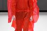 Дизайнер Крейг Грин, выпускник колледжа Central Saint Martins, выступил сторонником осознанного потребления и выпустил на подиум модель в одеянии из вторично перерабатываемого пластика — ярко-алой мантии с лицом, закрытым, как у средневекового палача.