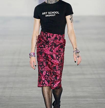 Манекенщика в очаровательной юбке-карандаше Art School легко принять за женщину — если бы не борода под цвет юбки.