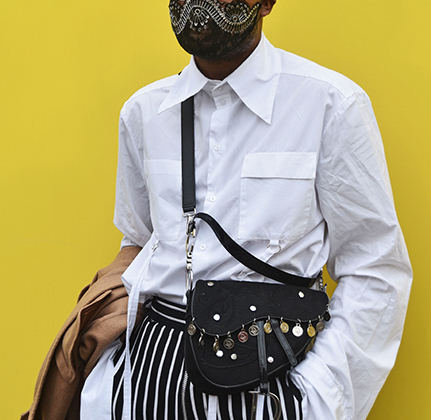 Хочешь, чтобы тебя заметили искушенные лондонские стрит-фотографы? Надень вышитую маску-респиратор и возьми с собой диоровскую сумку-«седло».