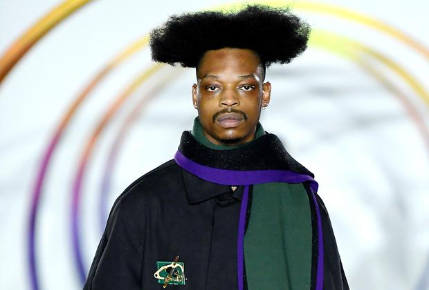 Дизайнер Лиам Ходжес всегда приглашает на свои показы стилистов с собственным видением прекрасного: так, в прошлом году модельер, которого называют «последним фанатом рейв-культуры», выпустил на подиум моделей в ярко-зеленых слипшихся париках, а в нынешнем — с афроприческами, напоминающими крону баобаба.