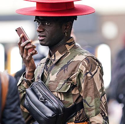 Красная шляпа-канотье не останется незамеченной в толпе, а две шляпы, надетые одна на другую, сделают своего владельца незабываемым. Особенно если в остальном он выглядит, как участник неудавшегося военного переворота в Габоне.