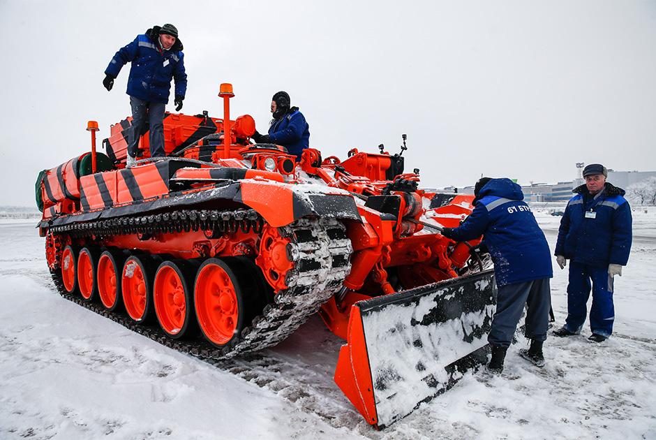 Бронированная ремонтно-эвакуационная машина на базе шасси танка Т-72
