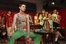 Концептуальный подход Адама Джонса, выпускника Manchester School of Art: главная ценность в одежде — нашивки и шевроны, так что можно сэкономить на ткани и сделать топ только из них одних.