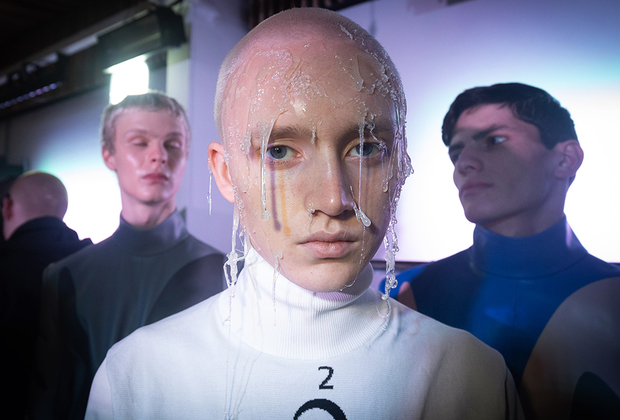 Стилисты Ксандера Чжоу не уступают в мастерстве своим коллегам с показов Ходжеса: модель выходит из их рук в таком виде, словно только что вынырнул из бассейна.