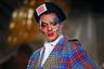 Чарльзу Джеффри, лауреату премии British Fashion Awards в номинации «Лучший молодой дизайнер мужской одежды» 2017 года, явно не дают покоя лавры старших товарищей: покойного Александра Маккуина и ныне здравствующей Вивьен Вествуд. Яркий тартан, не менее яркий макияж моделей, беретки и вуалетки неоспоримо свидетельствуют об этом.
