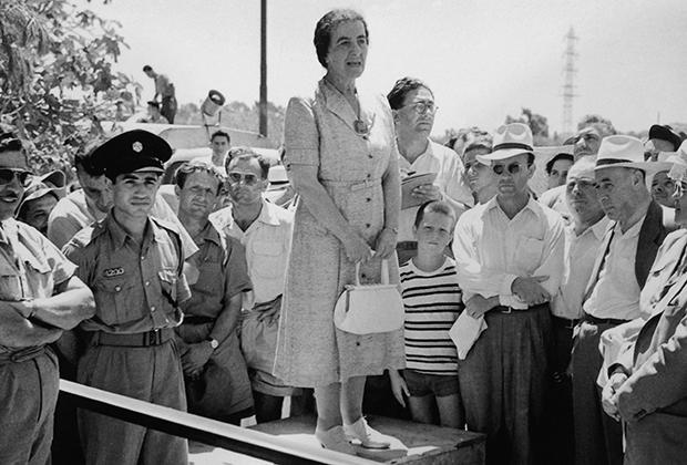 Голда Меир во время публичного выступления в 1952 году