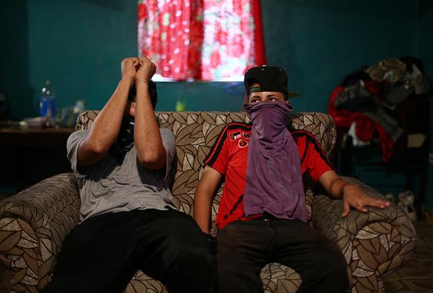 Многие из погибших оказываются жертвами преступных банд. Одна из самых известных в регионе — 18th Street gang, также известная как Barrio-18. Возникла она более 50 лет назад в американском Лос-Анджелесе, а позднее расползлась по всей Центральной Америке. Преступники промышляют торговлей наркотиками, заказными убийствами, вымогательством, грабежами, а также торговлей оружием и людьми.