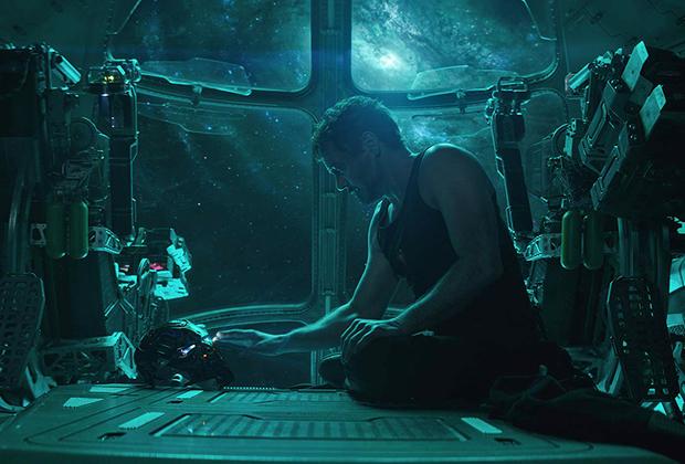 Неотвратимость, с которой выходят на экраны все новые и новые картины из киновселенной Marvel (в этом году нас также ждут очередной фильм о Человеке-пауке и дебютный — о Капитане Марвел), уже успела порядком утомить. Тем, впрочем, любопытнее, как все же закончится долгоиграющий цикл приключений Мстителей первого созыва, половина которых (вместе с половиной обитателей вселенной) в прошлом году усилиями ходячего мема Таноса благополучно рассыпалась на атомы. После «Финала», к слову, отделаться от Мстителей не получится — но, очевидно, их следующая итерация уже будет отличаться от нынешней. В прокате с 25 апреля.