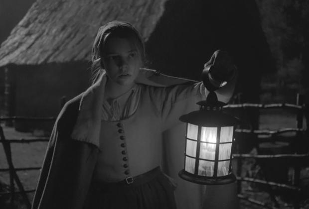 Современный ренессанс хоррора как жанра был не в последнюю очередь начат режиссером Робертом Эггерсом — его костюмный фильм ужасов «Ведьма» остается одним из самых атмосферных страшных киноопытов последнего десятилетия. Новая работа Эггерса «Маяк», сводящая вместе в замкнутом пространстве сразу  двух отличных актеров — Уиллема Дефо и Роберта Паттинсона — должна принести постановщику еще большую славу, но даже если этого и не случится, уже само дерзкое с коммерческой точки зрения решение снимать фильм на черно-белую пленку вызывает киноманское уважение. Дата российской премьеры не объявлена.