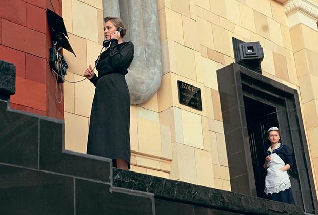 Российское кино редко предъявляет повод для действительно волнительного ожидания — но в случае с «Дау» оно оправдано (хотя бы тем, что длится уже, кажется, второе десятилетие). Парадоксальная история съемок биографии физика Льва Ландау не уместится не то, что в абзац текста, но и в трехтомник — заметим лишь, что Хржановский буквально построил в Харькове целый квартал, несколько лет натурально живший в советских реалиях под полным диктаторским контролем режиссера. Теперь же «Дау» наконец обретает своих первых зрителей — и, по слухам, существует сразу в десятке версий, от шестичасового фильма до двенадцатичастного мега- и метакино. Дата российской премьеры не объявлена.