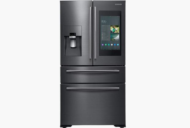 В свою очередь, холодильники с голосовым помощником и гигантским экраном не вызывают столько удивления. Чтобы добавить хоть что-то новое, Samsung научила свои холодильники с Bixby отправлять уведомления, если пользователь забыл закрыть дверцу. Нет, там нет механизма закрытия двери, просто пользователь получит пуш, если оставил холодильник открытым.