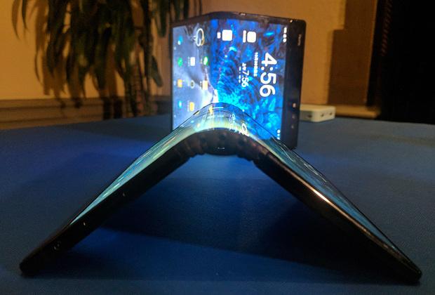Китайская компания Royole привезла на выставку первый доступный к покупке гнущийся телефон FlexPai. Он имеет 7,8-дюймовый AMOLED-экран с разрешением 1920на1440 точек, который можно сложить вдвое. Остальные характеристики не имеют особого значения, потому что этот телефон стоимостью 90 тысяч рублей продается пока только в Китае. К тому же у него очень кривая оболочка, которая зачастую некорректно определяет состояние телефона (сложен или разложен), его положение и что вообще пользователь пытается с ним сделать. Ну и механизм не вызывает доверия, потому что стендовый образец был деформирован в месте сгиба и полностью развернуть FlexPai можно, лишь приложив усилие.