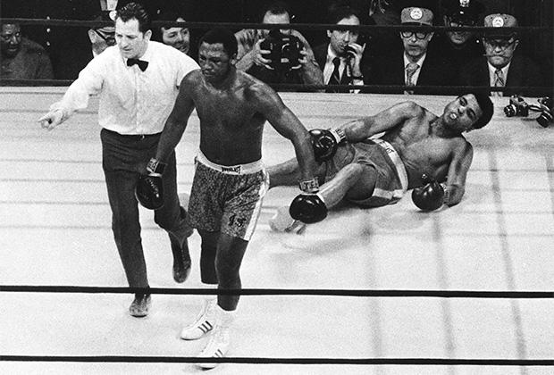 Джо Фрейзер отправил Мохаммеда Али в нокдаун