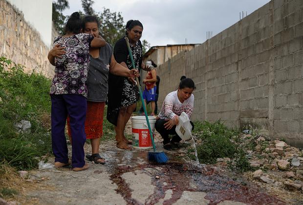 Такая картина более чем типична для районов не только гондурасской столицы, но и других городов региона. Из-за стремительной урбанизации, социального расслоения, безработицы и доступности огнестрельного оружия Центральная Америка стала одним из самых кровавых регионов мира. Только за 2017 год здесь было убито около 140 тысяч человек. Гондурас и Сальвадор в свою очередь являются «образцами» плачевной ситуации в Латинской Америке.
