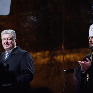 Президент Украины Петр Порошенко (слева) и епископ ПЦУ Епифаний