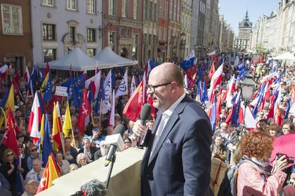 Мэра польского Гданьска ранили ножом во время благотворительной акции