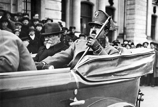 Король Афганистана Аманулла-хан во время визита в СССР. Слева— председатель Президиума Центрального Исполнительного Комитета СССР Михаил Калинин. Москва, май 1928 года