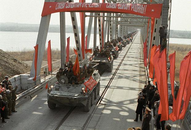 Советские войска покидают Афганистан по мосту Дружбы в Термезе. Февраль 1989 года