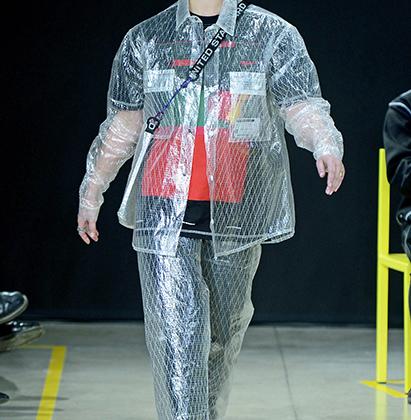 Жакет-дождевик, штаны-дождевики, сумка-пакет с ремнем, украшенным крупной надписью с названием бренда, — где-то мы все это уже видели. Тот случай, когда придумал не ты, но очень хочется присоседиться.