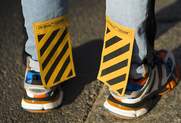 Уродливые кроссовки и надпись Off-White на самом видном месте —пропуск в мир хайпбистов. Идеальный вариант для тех, у кого проблемы не только со вкусом, но и с фантазией.