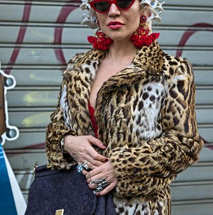 Леопардовое пальто, бигуди... для идеального образа гостье недели моды не хватает только джентльмена в малиновом пиджаке.