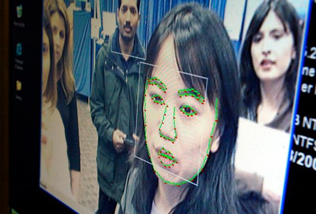Лицо ученого исследовательского центра Microsoft Corp. в Пекине во время демонстрации системы распознавания лиц