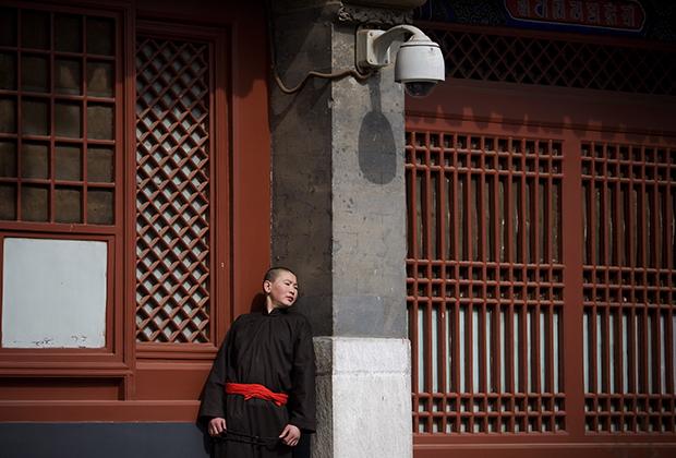 Китаец под камерами слежения в пекинском буддистском храме