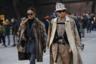 Еще один парный образ: подбор одежды fashion-блогеров из Юго-Восточной Азии выдает коллекционеров винтажа. Шубу девушки можно назвать раритетной, чтобы не называть побитой временем, а молодой человек — явно большой поклонник прошлых коллекций Burberry и их фирменной клетки, раз выбрал для выхода на Pitti тотал лук этой марки.