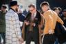 Хит зимы-2019 — классический кашемировый редингот верблюжьего цвета с воротником из натурального меха. Если на улице слишком жарко, пальто все равно нужно надеть: небрежно набросив на плечи и открывая костюм-тройку под ним.