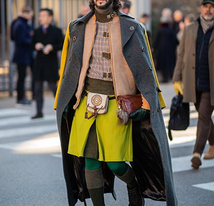 Все лучшее разом: модный блогер надел одновременно зеленые штаны-лосины, как у Робин Гуда, желтый килт и сумку-спорран, как у соплеменников Дункана Маклауда, шинель, как у Дзержинского, а кепку и очки, как у Троцкого. Равных ему не было, что неудивительно.