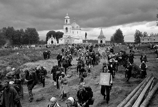 Для Алексея, как и для миллионов россиян, Николай — самый почитаемый святой. Как человек, ставший епископом находящегося ныне в Турции города Миры Ликийские, заслужил такую славу в далекой северной стране, в которой он никогда не был, — загадка.