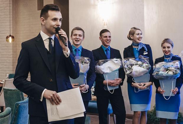 Новым лицам авиакомпании вручили поздравительные букеты.