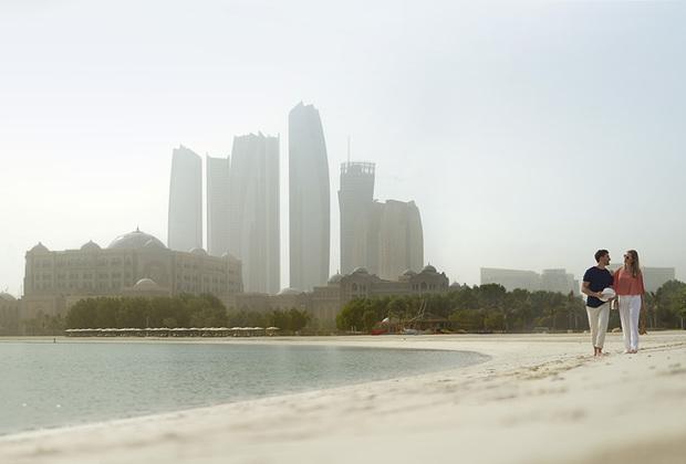 Абу-Даби славится береговой линией общей протяженностью около 400 километров, а песок столь белоснежный, что его можно принять за сахар. Чтобы сохранить пляж в идеальном состоянии, его чистят каждую ночь от мусора.