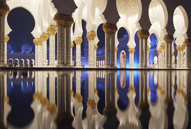 Мечеть Шейха Зайда — символ современной исламской архитектуры и самая популярная достопримечательность Объединенных Арабских Эмиратов. Строительство расположенного в Абу-Даби культового сооружения было завершено в 2007 году, а год спустя Министерство туризма страны объявило, что вход в мечеть будет открыт не только мусульманам, но и представителям других конфессий. При строительстве религиозного комплекса для украшения не только внутренних помещений и молельных комнат, но и для отделки наружных сцен и внутреннего двора мечети использовался мрамор, разноцветные кристаллы, керамика и даже полудрагоценные камни и 24-каратное золото.