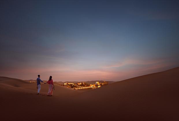 Отели в Абу-Даби могут располагаться прямо посреди пустыни Лива, одной из самых крупных сплошных песчаных пустынь мира. Таким образом, гости могут наслаждаться не только богатым интерьером в традиционных песчано-багровых и бронзовых тонах, но и окружающим пейзажем.