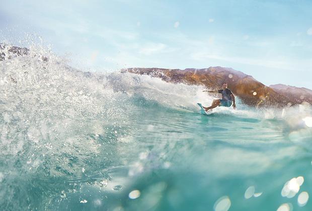Именно пляж Абу-Даби впервые в истории стран Персидского залива получил «голубой флаг» — сертификат качества международного уровня. Здесь желающие могут не только загорать и плавать, но и заниматься серфингом и дайвингом.