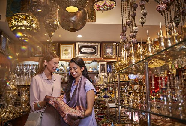 Торговый центр Yаs Mall, находится в восточном пригороде Абу-Даби, на рукотворном острове Яс. Площадь молла составляет 232 000 квадратных метров. В нем расположено более 400 магазинов как люксовых брендов, так и демократичных марок, 90 ресторанов и кафе, парки развлечений, гипермаркет и кинотеатр VOX Cinema с 20 залами.