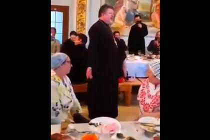 Россиянину отменили наказание завидео Поп поет Мурку