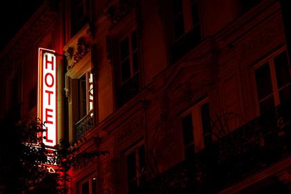 Парижская стриптизерша избила незадачливого туриста