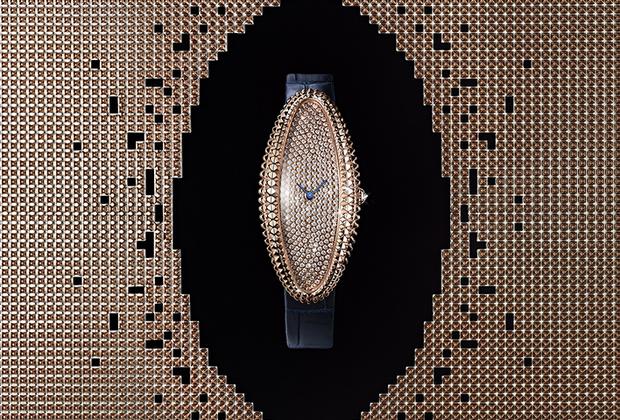 Историческая женская модель Baignoire впервые появилась у Cartier в 1912 году. В 1960-е дизайнеры бренда модифицировали ее, предложив версию в вытянутом корпусе. Новая интерпретация исторических часов оснащена механическим калибром 1917 MC с ручным подзаводом. Механизм заключен в корпус из розового золота с характерным рельефом, напоминающим классический мотив часового декора clou de Paris. Циферблат павирован 293 бриллиантами.