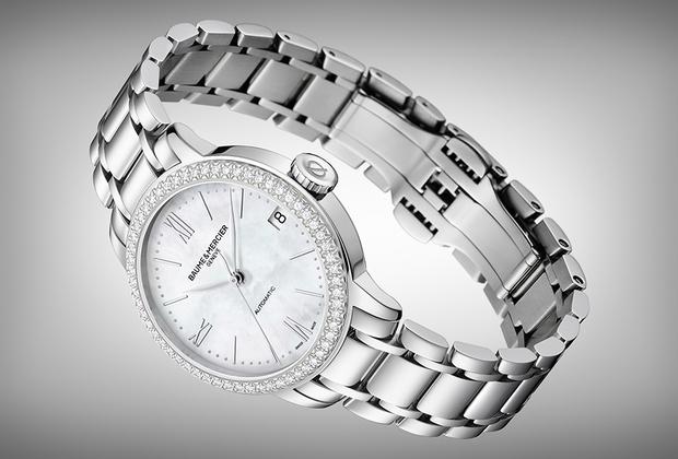 Классические дневные часы для деловой женщины. Стальной корпус диаметром 31 миллиметр, автоматический механизм, перламутровый циферблат с апертурой даты в положении «3 часа» и бриллиантовая дорожка по безелю. Дизайн вдохновлен часами 1965 года.