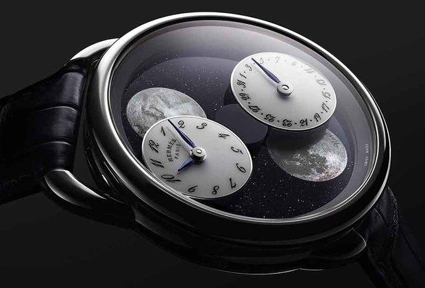 Часы в 43-миллиметровом корпусе из серого золота (дизайн Анри д'Ориньи 1978 года) оснащены механизмом калибра Hermès H1837 со специальным модулем L'heure de la lune (двойной указатель фаз Луны — для Северного и Южного полушарий). На циферблате из авантюрина либо метеорита размещены часовой и минутный циферблаты и изображения Луны. На них, в свою очередь, методом декалькомании изображены Пегас по эскизу Дмитрия Рыбальченко Pleine Lune и рельеф лунной поверхности.