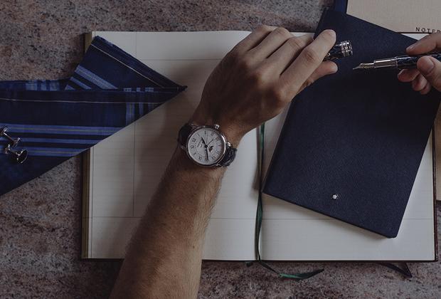 Классические часы в стальном 42-миллиметровом корпусе с римскими цифрами на белом эмалевом циферблате, календарем с индикацией посредством апертур в положении «12 часов» и индикатором лунных фаз в положении «6 часов» оснащены автоматическим механизмом калибра MB 29.12.