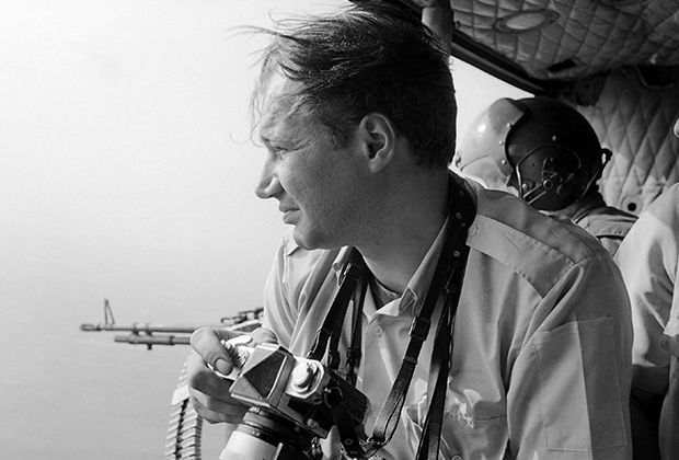 Фотокорреспондент Эдди Адамс в вертолете над Сайгоном, 1968 год